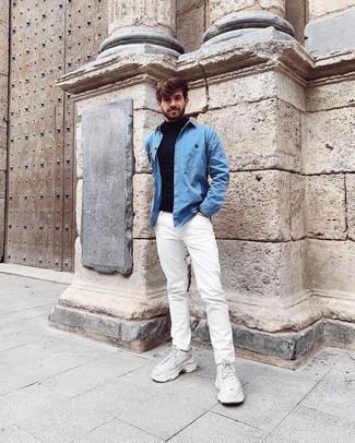 Comment porter: pull à col roulé bleu marine, chemise en jean bleu clair, jean blanc, chaussures de sport blanches
