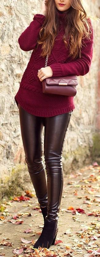 Marie un pull à col roulé en tricot bordeaux avec un jean skinny en cuir marron foncé et tu auras l'air d'une vraie poupée. Ajoute une paire de des bottines en daim noires à ton look pour une amélioration instantanée de ton style.
