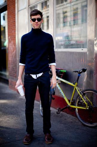 Comment porter: pull à col roulé bleu marine, chemise à manches longues blanche, jean bleu marine, chaussures bateau en cuir bordeaux