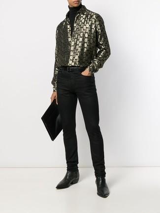 Comment porter: pull à col roulé noir, chemise à manches longues imprimée dorée, jean noir, bottines chelsea en cuir noires
