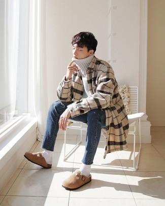 Comment s'habiller à l'adolescence: Pour une tenue de tous les jours pleine de caractère et de personnalité choisis un pull à col roulé en laine gris et un jean bleu. Opte pour une paire de slippers en daim marron clair pour afficher ton expertise vestimentaire.