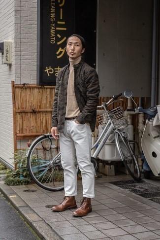 Comment s'habiller au printemps: Essaie d'associer un pull à col roulé beige avec un jean blanc pour une tenue idéale le week-end. Complète cet ensemble avec une paire de bottes de loisirs en cuir marron pour afficher ton expertise vestimentaire. Ce look sent vraiment le printemps.
