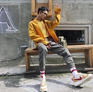 Comment porter: pull à col roulé à rayures horizontales jaune, chemise à manches longues moutarde, pantalon cargo gris, chaussures de sport en daim beiges
