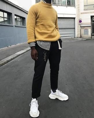 Comment porter: pull à col roulé moutarde, chemise à manches longues à rayures verticales blanche et noire, pantalon chino noir, chaussures de sport blanches