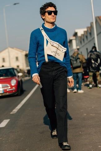 Comment porter: pull à col roulé en laine bleu canard, chemise à manches longues blanche, pantalon chino noir, baskets basses en cuir noires