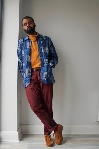 Comment porter une ceinture: Pense à harmoniser un pull à col roulé tabac avec une ceinture pour une tenue idéale le week-end. Une paire de des bottines chukka en daim tabac ajoutera de l'élégance à un look simple.