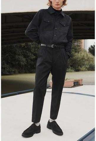 Comment s'habiller au printemps: Opte pour un pull à col roulé noir avec un pantalon chino noir pour une tenue idéale le week-end. Cette tenue se complète parfaitement avec une paire de bottines chukka en daim noires. Ce look est un bel exemple de la tenue hyper printanière.