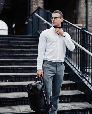 Comment porter: pull à col roulé bleu marine, chemise à manches longues blanche, pantalon de costume gris, sac à dos en cuir noir