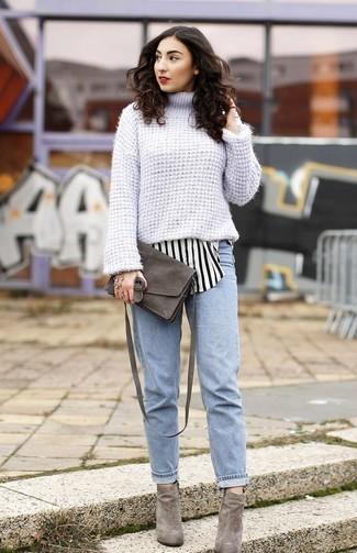 Comment porter: pull à col roulé en tricot bleu clair, chemise de ville à rayures verticales blanche et noire, jean boyfriend bleu clair, bottines en daim grises
