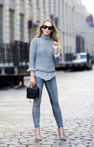 Comment porter: pull à col roulé en tricot gris, chemise de ville à rayures verticales blanc et bleu, jean skinny gris, escarpins en daim gris