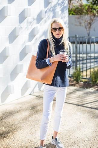 Comment porter: pull à col roulé en tricot bleu marine, chemise de ville à rayures verticales blanc et bleu, jean skinny blanc, chaussures de sport grises
