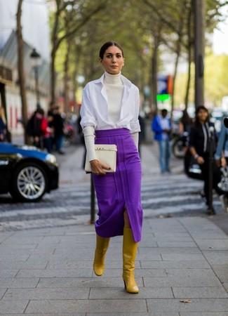 Comment porter: pull à col roulé blanc, chemise de ville blanche, jupe mi-longue pourpre, bottes hauteur genou en cuir moutarde