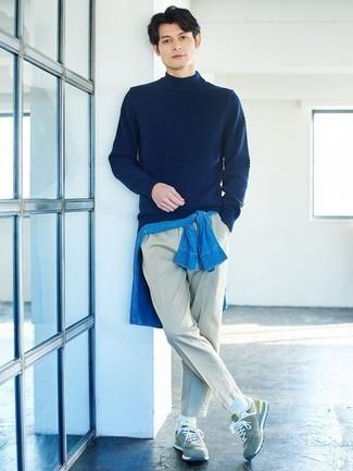Comment porter une chemise en jean bleue: Porte une chemise en jean bleue et un pantalon chino gris pour une tenue idéale le week-end. Jouez la carte décontractée pour les chaussures et termine ce look avec une paire de chaussures de sport vert menthe.