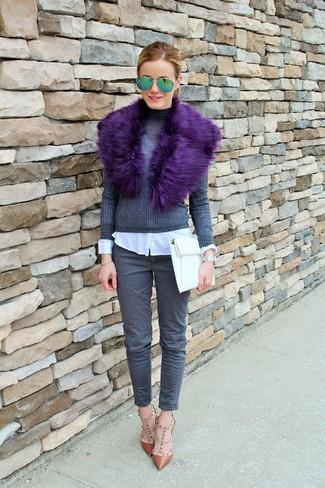 Comment porter des lunettes de soleil vertes: Associe un pull à col roulé gris foncé avec des lunettes de soleil vertes pour un look idéal le week-end. Une paire de des escarpins en cuir marron est une option génial pour complèter cette tenue.