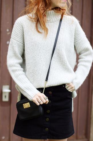 Comment porter: pull à col roulé en laine beige, jupe boutonnée en daim noire, sac bandoulière en cuir noir