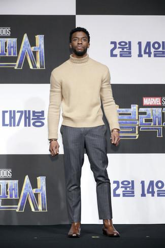 Comment porter: pull à col roulé en laine beige, pantalon de costume à rayures verticales gris foncé, bottines chelsea en cuir marron