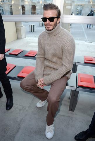 f8d9527ab243 Tenue de David Beckham  Pull à col roulé en laine beige