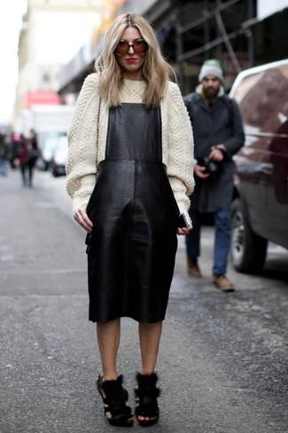 Comment porter: pull à col roulé en laine en tricot blanc, robe chasuble en cuir noire, sandales à talons en fourrure noires