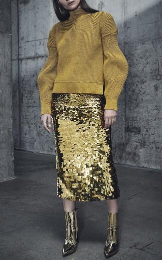 Comment porter: pull à col roulé en laine doré, jupe crayon pailletée dorée, bottines en cuir dorées