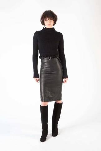 Comment porter: pull à col roulé en laine noir, jupe crayon en cuir noire, bottes hauteur genou en daim noires