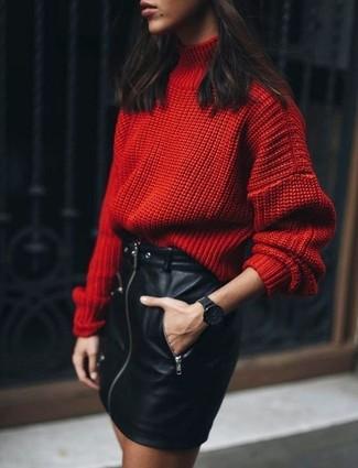 Comment porter: pull à col roulé en laine en tricot rouge, minijupe en cuir noire, montre noire