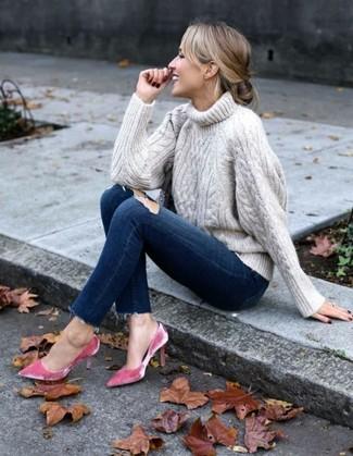 Comment porter: pull à col roulé en tricot beige, jean skinny déchiré bleu marine, escarpins en velours fuchsia