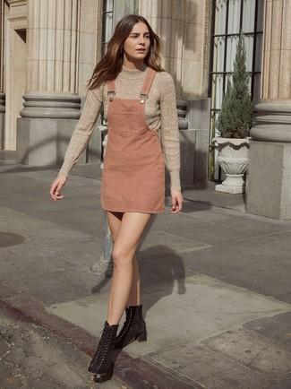 Comment porter: pull à col roulé en tricot beige, robe chasuble rose, bottines à lacets en daim noires