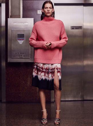 Comment porter: pull à col roulé en tricot fuchsia, jupe mi-longue imprimé tie-dye multicolore, sandales à talons en cuir imprimées serpent grises