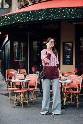 Comment porter: pull à col roulé en tricot rose, pantalon large en denim bleu clair, sac bandoulière en cuir noir