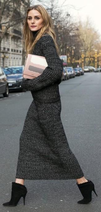 Tendances mode femmes: Associe un pull à col roulé en tricot gris foncé avec une jupe mi-longue en tricot gris foncé pour affronter sans effort les défis que la journée te réserve. Cette tenue se complète parfaitement avec une paire de des bottines en daim noires.