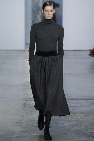 Comment porter une jupe mi-longue plissée gris foncé: Pour créer une tenue idéale pour un déjeuner entre amis le week-end, pense à associer un pull à col roulé gris foncé avec une jupe mi-longue plissée gris foncé. D'une humeur audacieuse? Complète ta tenue avec une paire de bottines plates à lacets en cuir noires.