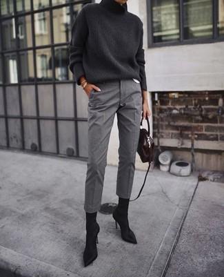 Comment porter: pull à col roulé en tricot gris foncé, pantalon de costume gris, bottines en daim noires, sac bandoulière en cuir marron foncé