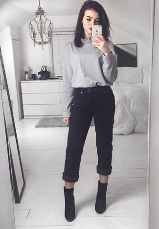 Comment porter: pull à col roulé gris, jean boyfriend noir, bottines en daim noires