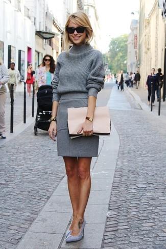 Tenue: Pull à col roulé en laine gris, Jupe crayon en laine grise, Escarpins en daim gris, Pochette en cuir rose