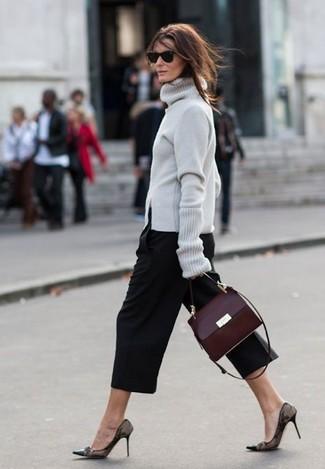 Comment porter: pull à col roulé gris, jupe-culotte noire, escarpins en dentelle noirs, cartable en cuir bordeaux