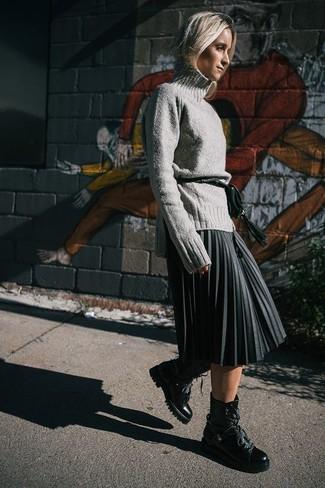 Comment porter: pull à col roulé en laine gris, jupe mi-longue plissée gris foncé, bottines plates à lacets en cuir noires, sac banane en cuir vert foncé