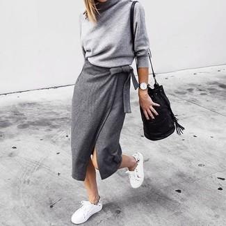 Comment porter: pull à col roulé gris, jupe mi-longue fendue grise, baskets basses blanches, sac bourse en cuir noir