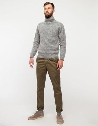 Comment porter un pantalon chino marron: Choisis un pull à col roulé en laine gris et un pantalon chino marron pour un déjeuner le dimanche entre amis. D'une humeur créatrice? Assortis ta tenue avec une paire de des chaussures derby en daim marron clair.