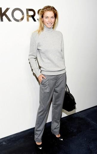 Tenue: Pull à col roulé en laine gris, Pantalon de costume gris, Escarpins en cuir noirs et blancs, Sac fourre-tout en cuir noir