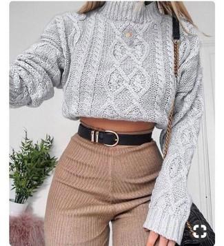 Comment porter: pull à col roulé en tricot gris, pantalon slim en laine marron clair, sac bandoulière en cuir matelassé noir, ceinture en cuir noire