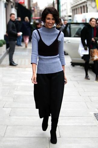 Harmonise un pull à col roulé gris avec une jupe mi-longue plissée noire pour affronter sans effort les défis que la journée te réserve. Une paire de des bottes hauteur genou en daim noires est une option parfait pour complèter cette tenue.