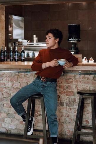 Comment porter un jean bleu: Pour créer une tenue idéale pour un déjeuner entre amis le week-end, harmonise un pull à col roulé tabac avec un jean bleu. Si tu veux éviter un look trop formel, complète cet ensemble avec une paire de des baskets montantes en toile noires et blanches.