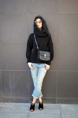 Comment porter: pull à col roulé en tricot noir, jean boyfriend déchiré bleu clair, bottines en daim découpées noires, sac bandoulière en cuir noir