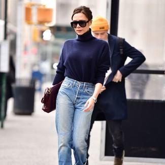 Comment porter: pull à col roulé bleu marine, jean boyfriend bleu clair, cartable en cuir bordeaux, lunettes de soleil noires