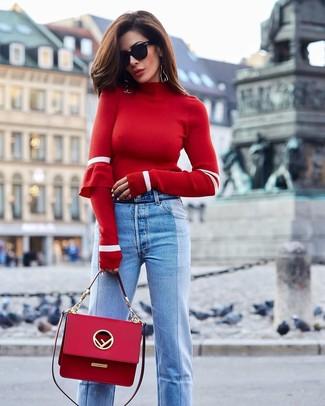 Comment porter un pull à col roulé rouge: Pense à marier un pull à col roulé rouge avec un jean bleu clair pour un déjeuner le dimanche entre amies.