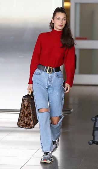 Pense à porter un pull à col roulé rouge et un jean déchiré bleu clair pour une tenue raffinée mais idéale le week-end. Si tu veux éviter un look trop formel, complète cet ensemble avec une paire de des chaussures de sport grises.