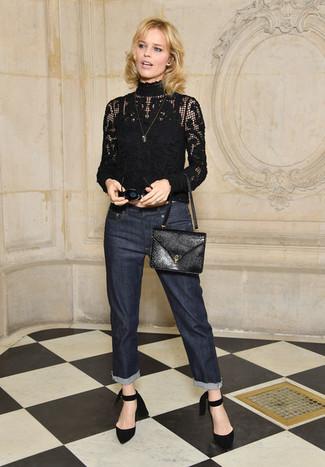 Comment porter: pull à col roulé en dentelle noir, jean bleu marine, escarpins en daim noirs, sac bandoulière en cuir noir