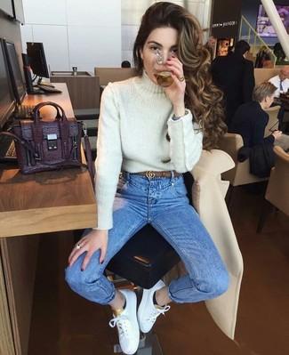 Comment porter: pull à col roulé en tricot blanc, jean skinny bleu, baskets basses en cuir blanches, cartable en cuir pourpre foncé