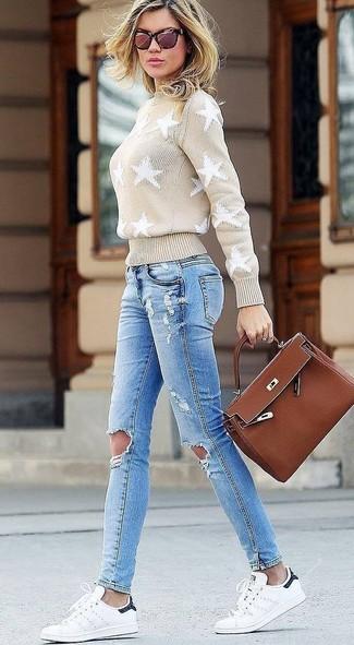 Comment porter: pull à col roulé à étoiles beige, jean skinny déchiré bleu clair, baskets basses en cuir blanches, cartable en cuir marron