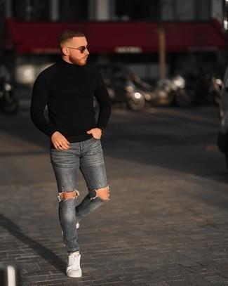 Comment porter un pull à col roulé noir: Pense à harmoniser un pull à col roulé noir avec un jean skinny déchiré gris pour une tenue idéale le week-end. Jouez la carte classique pour les chaussures et fais d'une paire de baskets basses en toile blanches ton choix de souliers.
